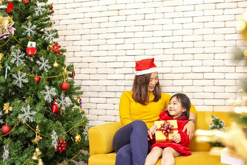 Frohe Weihnachten und frohe Feiertage oder guten Rutsch ins Neue Jahr Mutter gibt den Kindern Geschenke Nettes M?dchen gibt seine lizenzfreie stockfotografie
