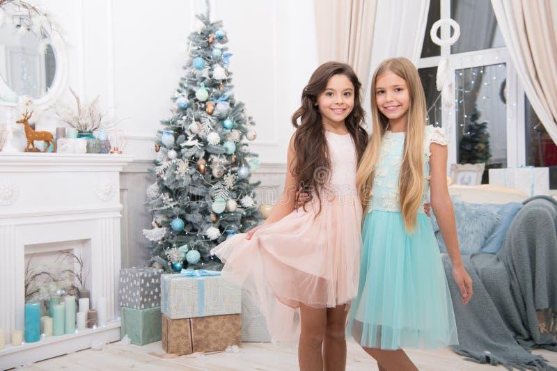 Frohe Weihnachten und guten Rutsch ins Neue Jahr Kind genießen den Feiertag Weihnachtsbaum und Geschenke Glückliches neues Jahr W stockbild