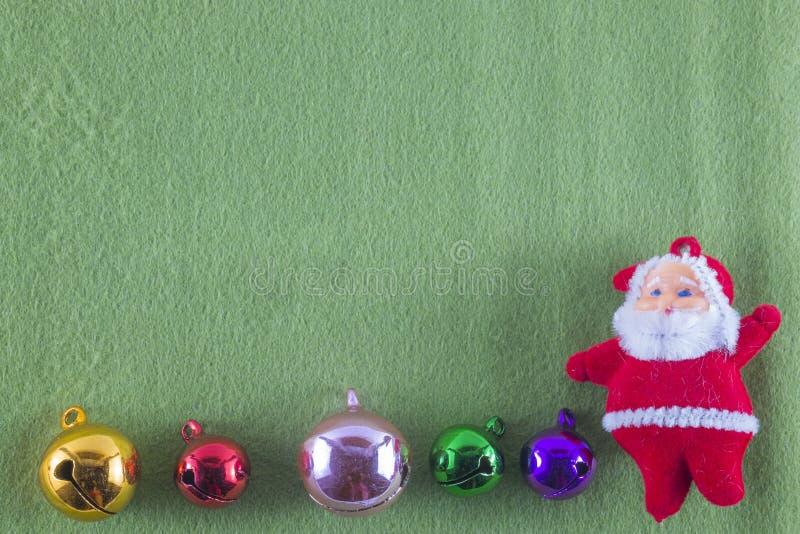 Frohe Weihnachten und guten Rutsch ins Neue Jahr, Santa Claus auf grünem Hintergrund lizenzfreie stockbilder