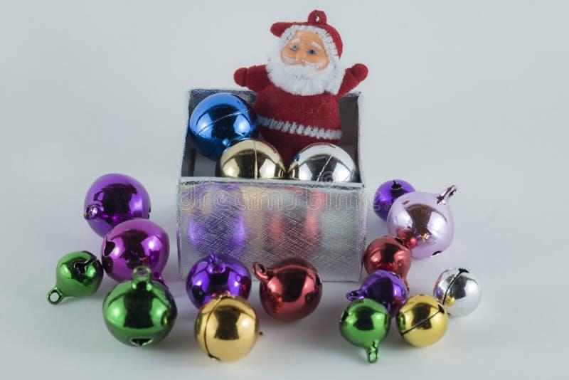 Frohe Weihnachten und guten Rutsch ins Neue Jahr, Santa Claus in der Geschenkbox auf weißem Hintergrund lizenzfreie stockbilder