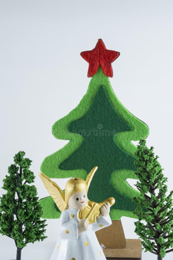 Frohe Weihnachten und guten Rutsch ins Neue Jahr, Weihnachtsbaum simulieren auf Whithintergrund lizenzfreies stockbild