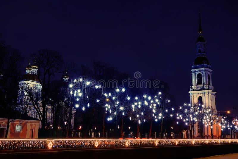 Frohe Weihnachten Weihnachtsglockenturm und Bethlehem-Sterne stockfotografie