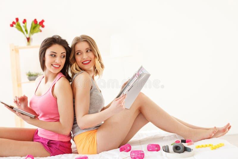Frohe zwei Frauen, die Pyjamapartei machen stockbild