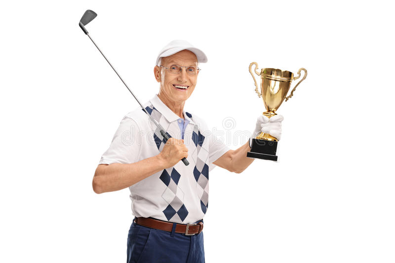 Froher älterer Golfspieler, der eine Trophäe hält lizenzfreie stockfotos