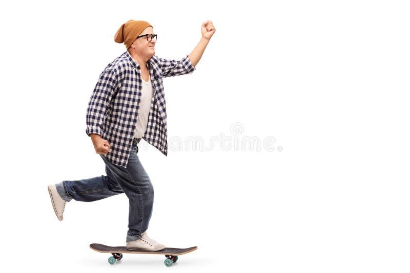 Froher älterer Schlittschuhläufer, der ein Skateboard reitet stockfoto