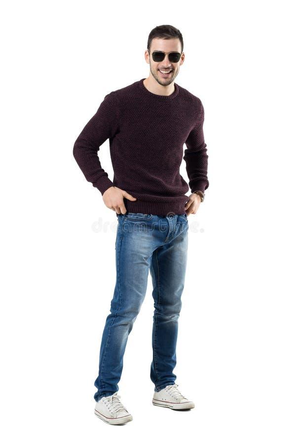 Froher entspannter kühler junger zufälliger Mann mit dem Sonnenbrillelachen lizenzfreie stockbilder