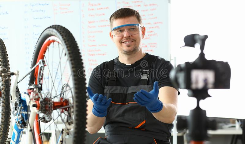 Froher Ingenieur Taking Care des Gebirgsfahrrades stockfotografie