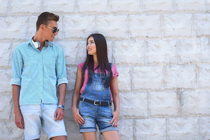 Froher Kerl und Mädchen haben romantisches Datum stockfotos