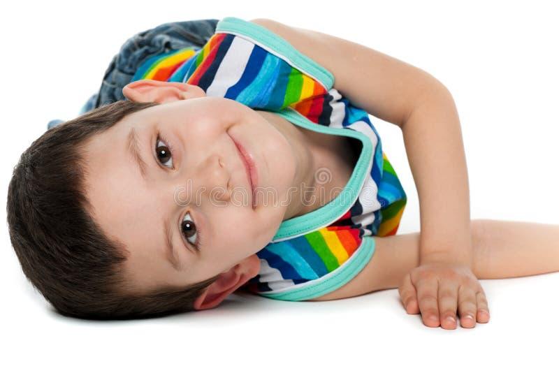 Froher kleiner Junge auf dem Fußboden