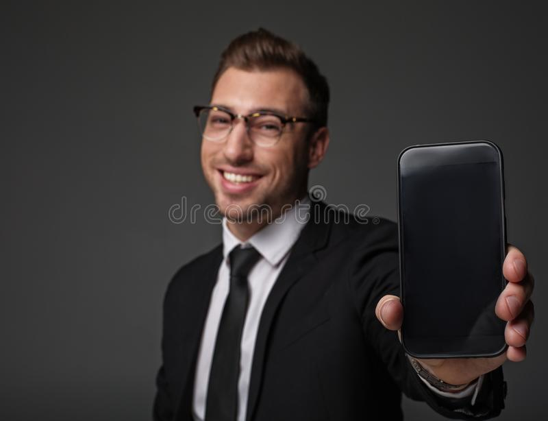 Froher Mann, der Telefon im Arm hält stockbilder
