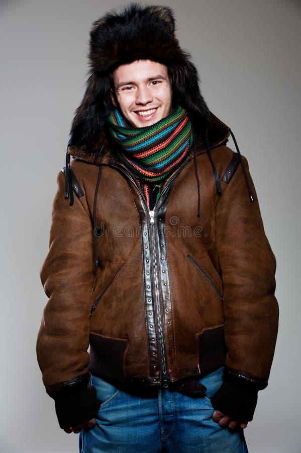 Froher Mann im Hut und im Mantel lizenzfreies stockfoto