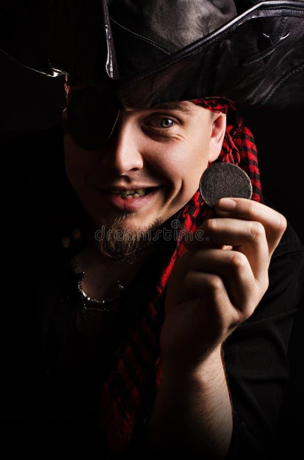 Froher Pirat mit alten Münzen in der Hand stockfoto