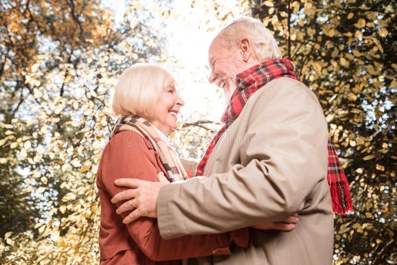 Frohes glückliches Paar, das mit einander ist stockbild