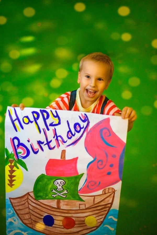 Frohes Kind auf seinem Geburtstag zeichnete ein Plakat lizenzfreie stockfotos
