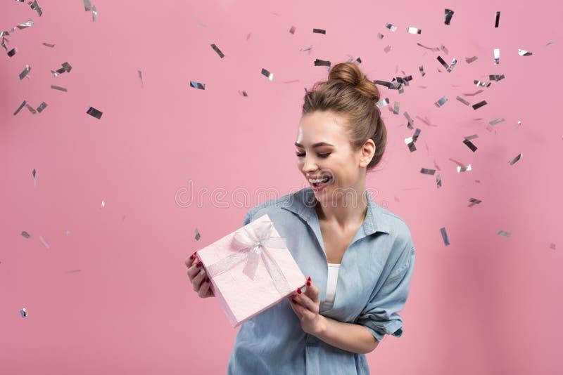 Frohes Mädchen genießt ihr Geschenk lizenzfreie stockfotos