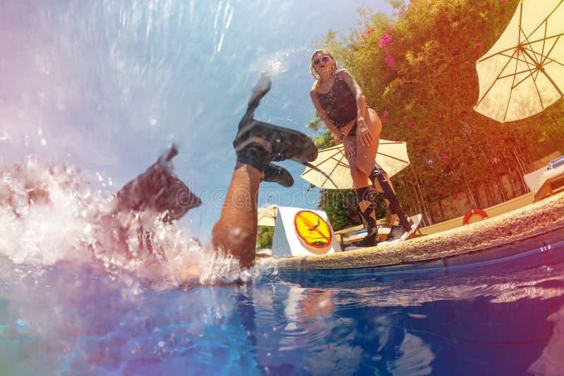 Frohes Mädchen verbringt Freizeit im Pool stockfoto