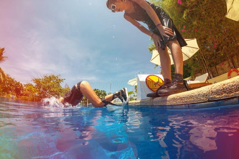 Frohes Mädchen verbringt Freizeit im Pool lizenzfreie stockfotografie