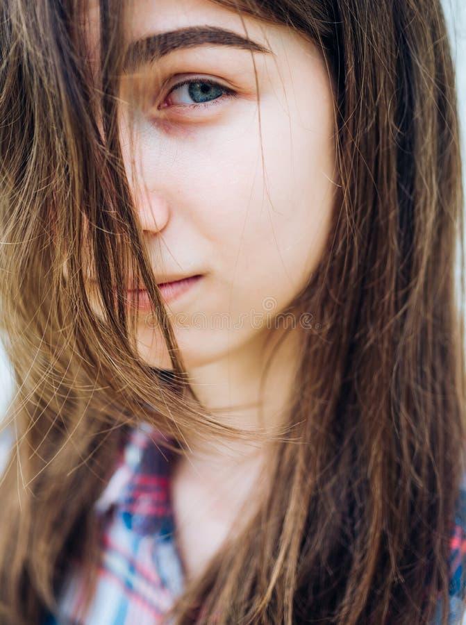 Frohes nettes M?dchen im Freien Make-up Kosmetik und skincare Modeportr?t der Frau Frau mit dem spr?den Haar Haarausfall lizenzfreie stockbilder
