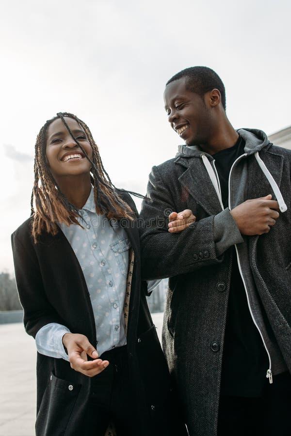 Frohes romantisches Datum Glückliche schwarze Paare lizenzfreies stockfoto