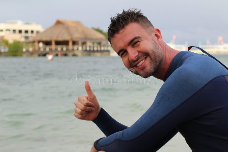 Frohes Surfergeben Daumen oben lizenzfreie stockfotos
