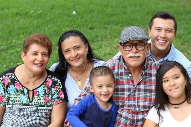 Frohes wirkliches ethnisches Familienporträt stockbilder