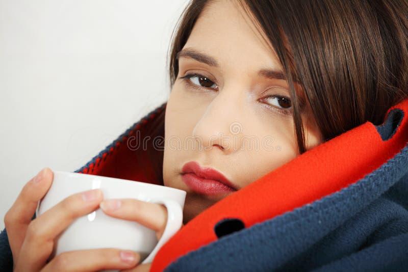 Froid attrapé de jeune femme. photo libre de droits