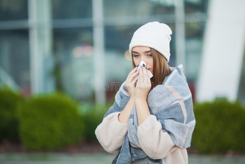 Froid et grippe Jeune femme attirante extérieure avec le tissu blanc image stock