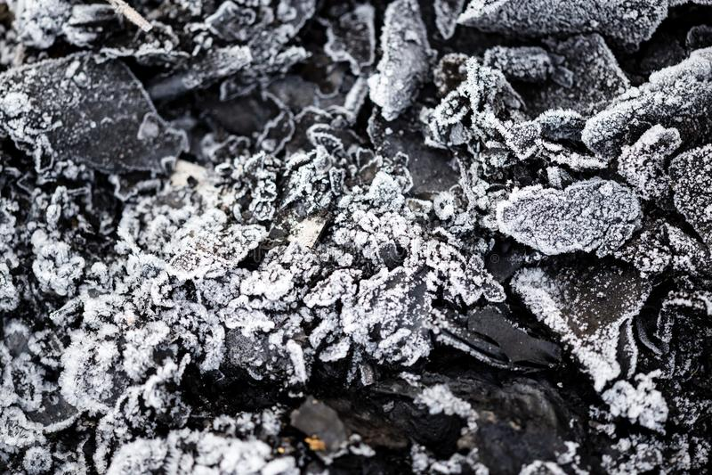 Froid glacial sur les charbons noirs comme fond photo stock