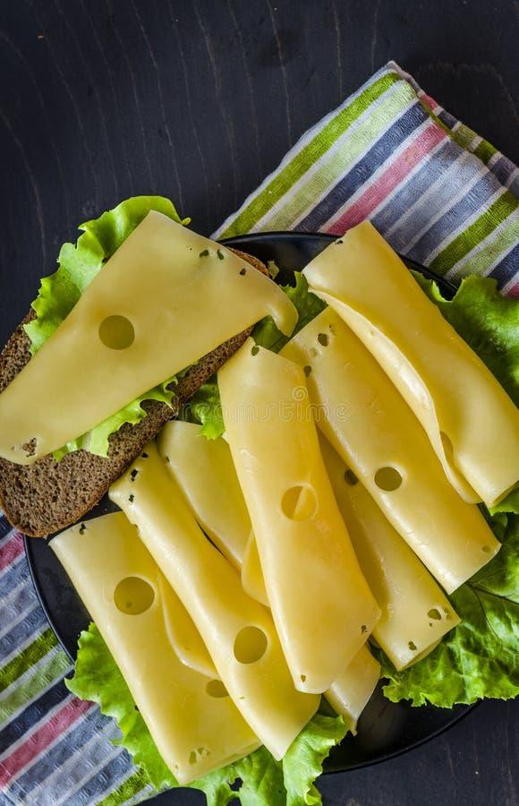 Fromage à pâte dure avec de grands trous images stock