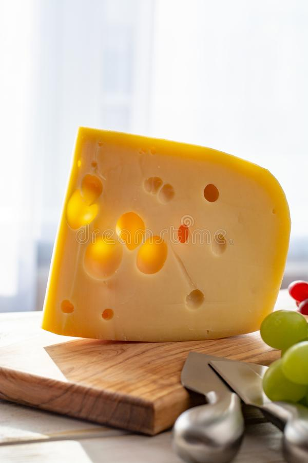 Fromage à pâte dure néerlandais Maasdam ou Emmental, fromage avec des trous image stock