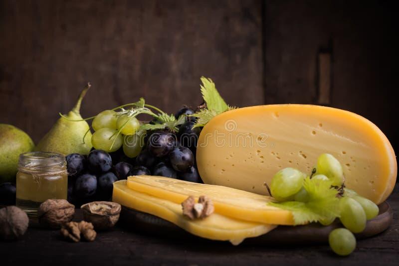 Fromage à pâte dure néerlandais Maasdam ou Emmental, fromage avec des trous et fromage de chèvre dur blanc Fromage entier, slisec photos libres de droits