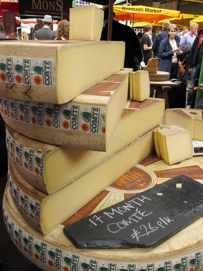 Fromage au marché images stock