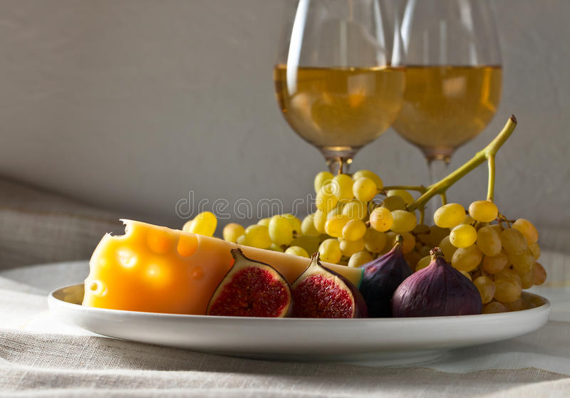 Fromage avec des fruits photo stock