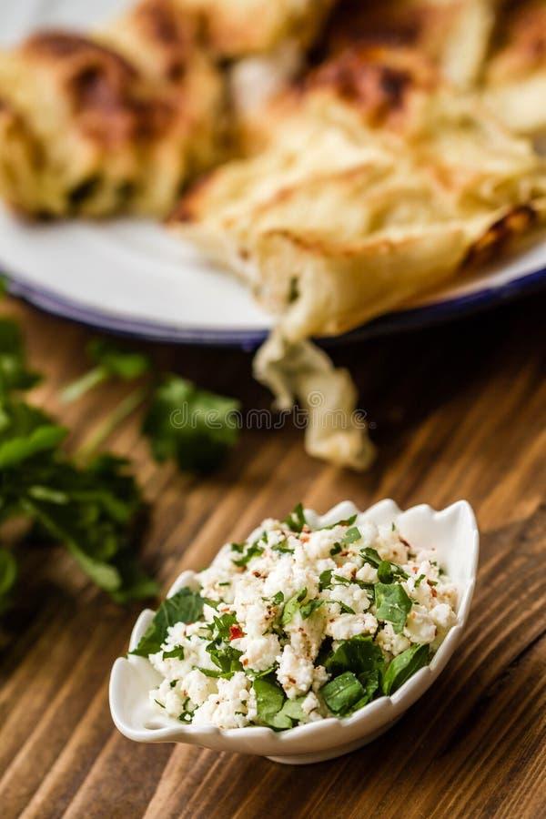 Fromage avec le persil pour le tarte turc délicieux fait maison de fromage de style images libres de droits
