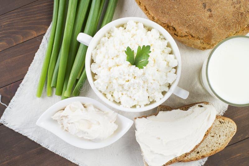 Fromage blanc avec la crème sure, le lait, l'oignon et le pain photos libres de droits