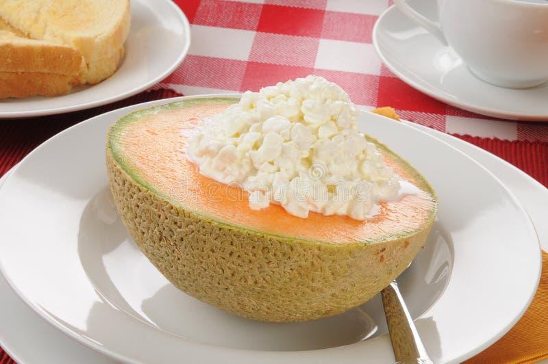 Fromage blanc dans un bol de cantaloup images stock