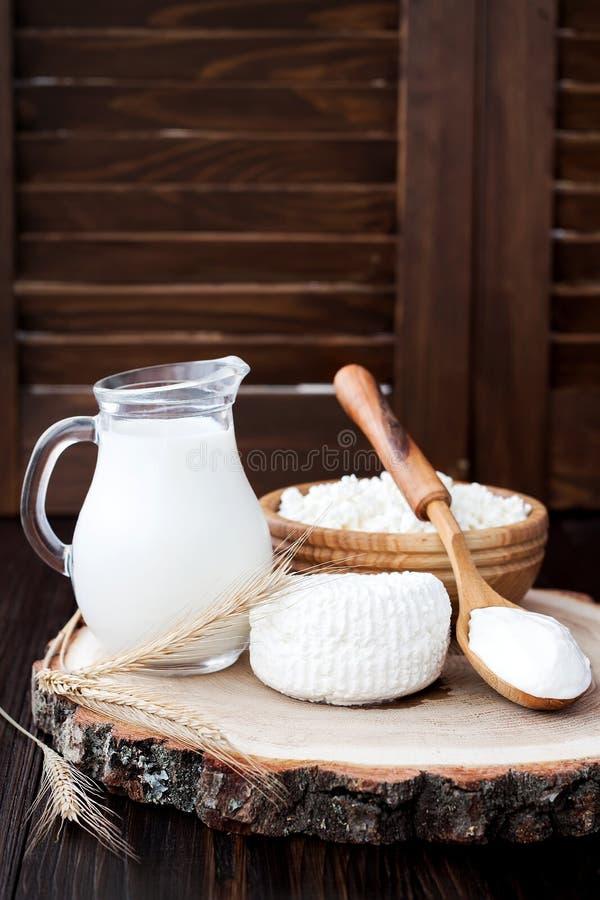 Fromage blanc de ricotta frais fait maison mou Fromage de Tzfat avec des grains de blé Symboles des vacances judaïques Shavuot images stock