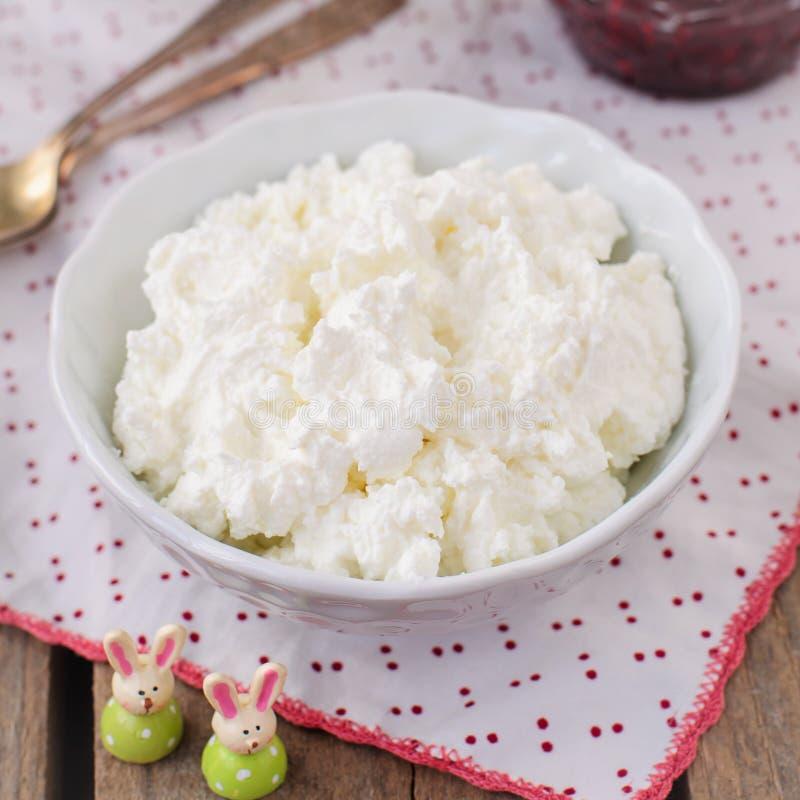 Fromage blanc (quark, fromage fondu, lait caillé) dans une cuvette blanche images libres de droits
