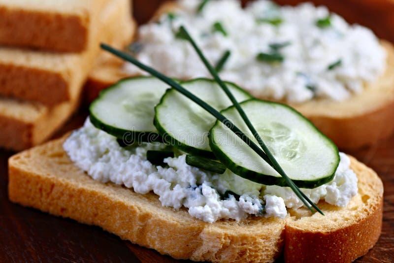 Fromage blanc sur le pain photographie stock
