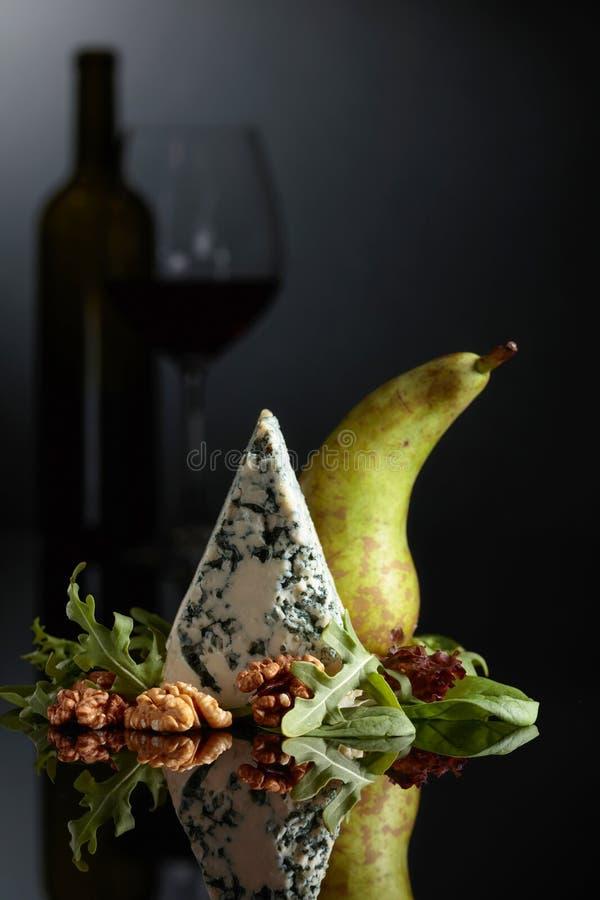 Fromage bleu avec les noix, la poire et les verts image libre de droits