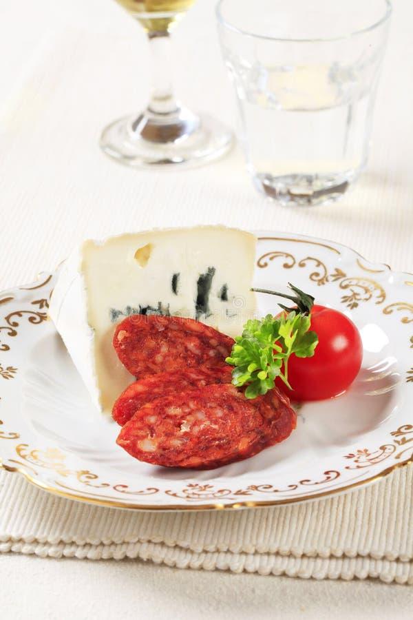 Fromage bleu et saucisse épicée images stock