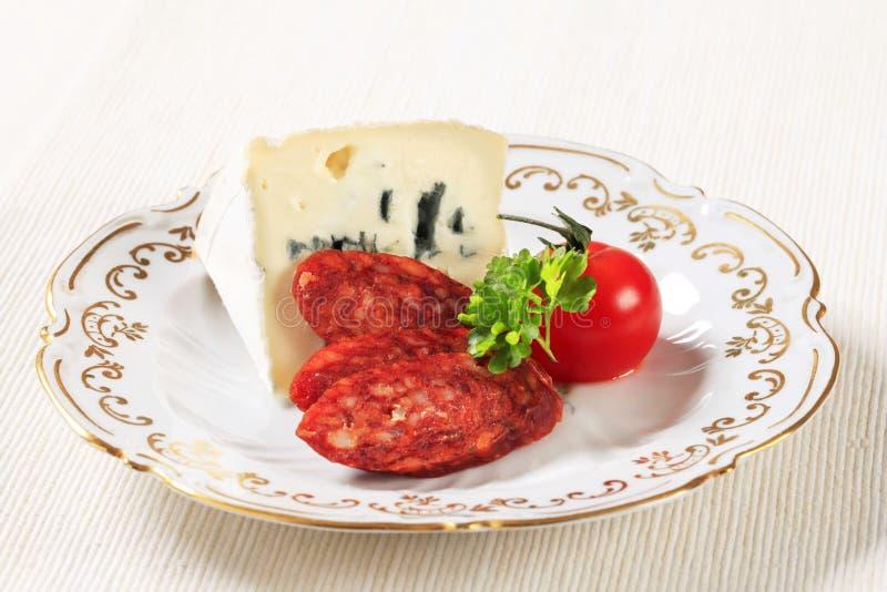 Fromage bleu et saucisse épicée image libre de droits