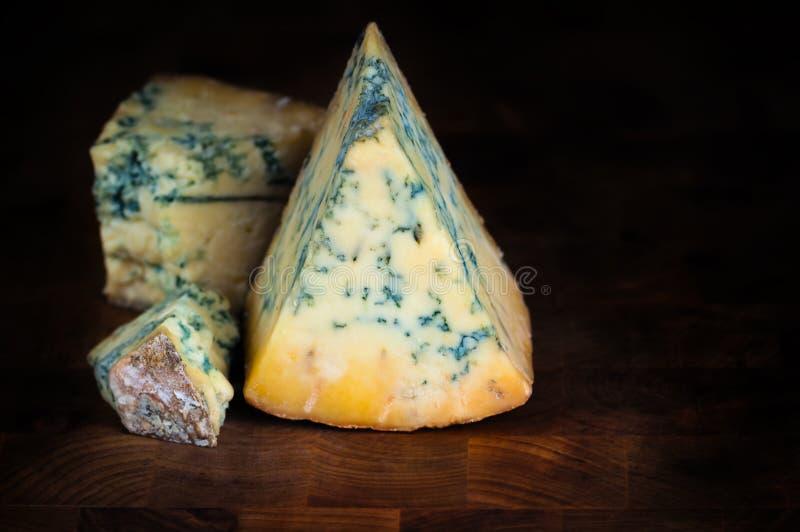 Fromage bleu mûr de stilton images stock
