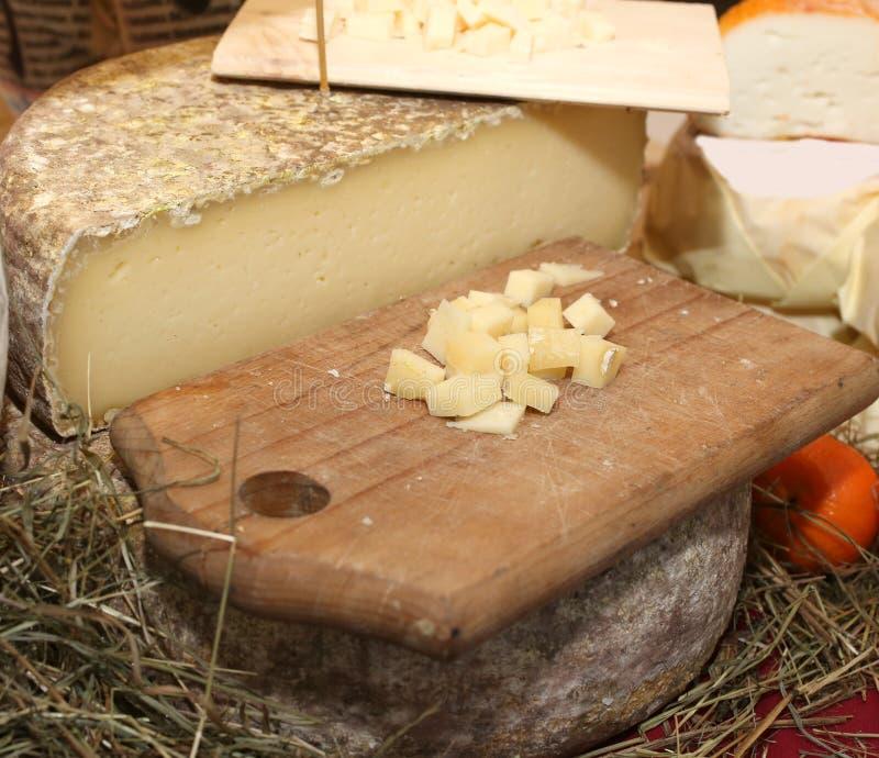 Fromage chevronné sur le hachoir en bois sur le marché local image libre de droits