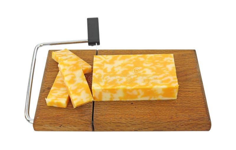 Fromage coupé en tranches de Colby Jack sur la trancheuse photos stock