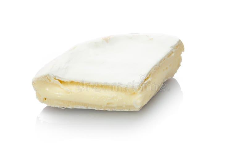 Fromage de camembert de chèvre crémeux sur blanc photographie stock