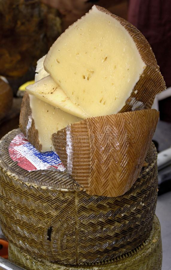 Fromage de chèvre traditionnel empilé, qualité et goût photographie stock