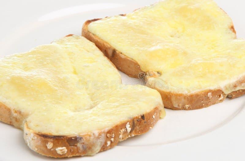 Fromage de cheddar sur le pain grillé images libres de droits