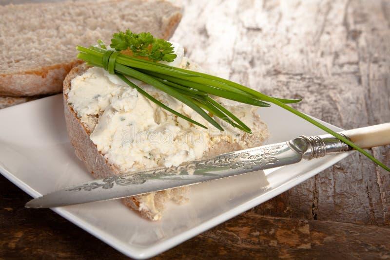 Fromage de ciboulette de pain et blanc image stock