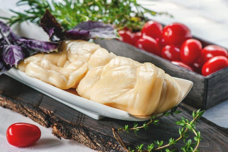 Fromage de ferme fibreux blanc délicieux Cecil aux tomates et Basil Fromage agricole russe Produit naturel photographie stock libre de droits